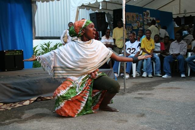 utamaduni-wa-wapi-unampa-kila-mmoja-utamaduni-wa-kuonyesha-kipaji-alichonacho-dada-huyu-yeye-ni-mshairi-wa-kiswahili.jpg